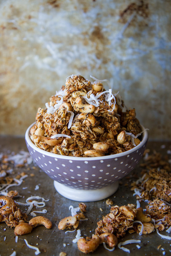 Tropical Granola with Coconut, cashews and macadamia nuts (gluten free and vegan)